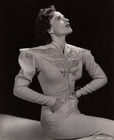 Во времена Золотой эры Голливуда работало много талантливых художников по костюмам. Про некоторых из них -Гилберте Адриане, Эдит Хэд, Трэвисе Бентоне - я писала (см. тэги). Но были и другие, не менее интересные художники. Например, Айрин Ленц Гиббонс, или, Айрин, как часто писали ее в…