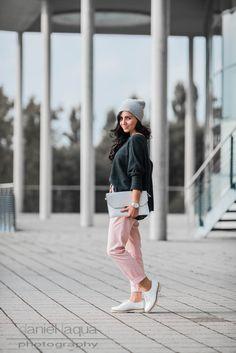 Outfit rosa Chino von Zara, Oversize Pullover von Mango, weiße Budapester von Deichmann | Schmuck by Happiness Boutique | Julies Dresscode | #ootd #fashionblogger #juliesdresscode