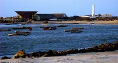 Praia da Pedra do Sal em Parnaíba, Piauí. É a praia do parnaibano, com 8 km de extensão, fica na Ilha Grande de Santa Isabel a 15 km do centro de Parnaíba. Chegando à praia, o turista encontra um conjunto de rochedos graníticos, nada mais que um morro de pedras que avança oceano adentro, dividindo a praia em dois lados: o bravo, mais frequentado por surfistas por possuir ondas fortes e o lado manso, ideal para descanso, pescaria e acompanhar o pôr-do-sol.