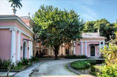 """Gente tenho uma novidade pra contar a vocês: acabei de chegar no Rio a convite do @olioli_lifestyle para fazer a cobertura da CASA COR Rio. E olha só em que cenário lindo ela está acontecendo: nma """"casa rosa"""" na Gávea cercada por um deslumbrante jardim de Burle Marx. E e neste cenário que 67 arquitetos designers e paisagistas assinam 45 ambientes com criatividade. Aliás """"Criatividade"""" é o que a Casa Cor festeja no ano em comemora seus 30 anos de sucesso. E eu vou mostrar todos os detalhes…"""