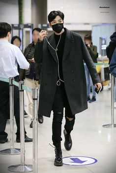 Rowoon has been praised for many things, including his visuals and vocals. Now, the idol is being honored for his outstanding everyday fashion sense. Korean Airport Fashion, Korean Fashion Men, Korean Men, Kpop Fashion, Mens Fashion, Korean Outfits, Boy Outfits, Looks Pinterest, Mode Costume
