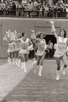 Robin Williams joining the cheerleaders team, 64 Historical Pictures you most likely haven't seen before. # 8 is a bit disturbing! - Robin Williams joining the cheerleaders team, 1980