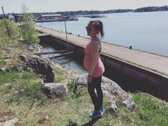 """18 tykkäystä, 1 kommenttia - Natasa Höök (@natasahook) Instagramissa: """"Outdoors with the belly again 😝 Tänään käytiin taas masun kanssa ulkoilemassa. Raskaus on muuttanut…"""""""