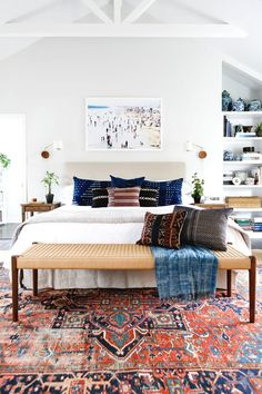 design tips vintage rug modern bedroom design advice We asked interior designers to share their biggest apartment decorating mistakes that secretly make them cringe every single time. Are you guilty? Gender Neutral Bedrooms, Bedroom Neutral, Red Accent Bedroom, Neutral Bedrooms With Pop Of Color, White Wall Bedroom, Neutral Bedding, Home Bedroom, Bedroom Ideas, Bedroom Furniture