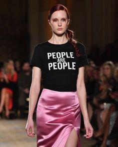 #modacomglamour A semana de moda de Nova York já está chegando ao fim mas isso não quer dizer que seu fôlego esteja diminuindo: nos últimos dias diversos desfiles trouxeram protestos e mensagens de tolerância para os tempos de turbulências políticas pelas quais passam os EUA desde o início do governo de Donald Trump. Veja no nosso site destaques como este da foto um clique das passarelas de @csiriano e entenda melhor o que está rolando no universo fashion -- cada vez mais engajado -- e fora…