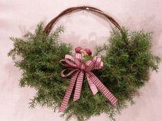 Diy Projects To Try, Flower Arrangements, Christmas Wreaths, Holiday Decor, Flowers, How To Make, Crafts, Hands, Decoration