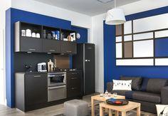 Délimiter la cuisine Pour mettre en valeur et délimiter une petite cuisine ouverte sur le salon, on peint le mur dans une couleur qui se démarque des autres murs de la pièces. Ici, on a opté pour un bleu roi, qui réveille le noir des meubles. Nos cuisines tendance ultra pratiques