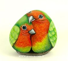 Love birds hand painted rock - My DIY Tips Pebble Painting, Tole Painting, Pebble Art, Stone Crafts, Rock Crafts, Arts And Crafts, Caillou Roche, Art Rupestre, Art Pierre