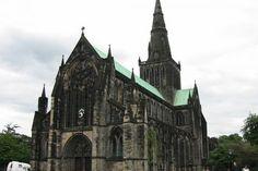 La actual catedral de Glasgow se levanta en el lugar que ocupaba la capilla de madera construida en el año 590 por san Mungo (Kentigern), cuando llegó a este lugar para asumir el obispado de Strathclyde. Su congregación conocida como Clasgu o querida familia, creció para dar forma a lo que eventualmente sería el pueblo, y luego la ciudad de Glasgow.