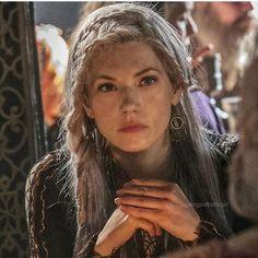 Katheryn Winnick as Lagertha in Vikings Vikings Tv Series, Vikings Tv Show, The Vikings, Ragnar Lothbrok, Lagertha Hair, Bracelet Viking, Viking Jewelry, Viking Series, Viking Hair