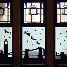 Christmas Window Display Home, Christmas Window Decorations, Christmas Windows, Window Art, Window Ideas, Christmas Crafts, Christmas Movies, Display Homes, Outdoor Art