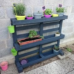 Spring is in full bloom and here we present you a project to create vertical garden if you have a limited space. You can easily spruce up your outdoor space with this concise and cute vertical garden idea. This is fantastic if you want to add some floral accents without sacrificing space from bulky pots or flower boxes.
