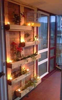 vertikaler Garten draußen Wandregale aus Paletten - Blumentöpfe passende Beleuchtung