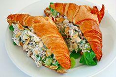 Herbstlicher Hühnchen-Salat mit Trauben, Mandeln und Mohn