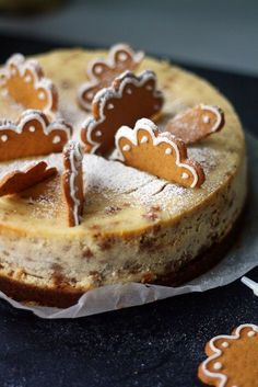 Tässä juustokakussa on piparia pohjassa, täytteessä ja koristeissa. Köstliche Desserts, Delicious Desserts, Yummy Food, Christmas Desserts, Christmas Baking, Baking Recipes, Cake Recipes, Scandinavian Food, Let Them Eat Cake