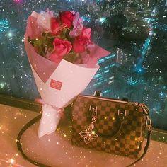 Instagram【ayu28migi】さんの写真をピンしています。 《🎂BIRTHDAY PRESENT🎂 こっそりホテルに用意してくれてたプレゼント🎁 大切に使います👛💋👑 一生懸命書いてくれた手紙は宝物💌✨ #bday #mybirthday #birthdaypresent #誕生日プレゼント #louisvuitton #ルイヴィトン #ダミエ #バッグ #bag #バッグチャーム #花束 #flower #bouquet #gift #present #サプライズ #じゅんちゃんの方が満足してた😂w #プレゼントあけちゃうしw #日付変わる前に出し尽くしたじゅんさん #完全燃焼モード #日付変わるまで2人共無言 #TVもつけず無言w #夜景 #instalove #instalike #instadaily #instagood #love #date》