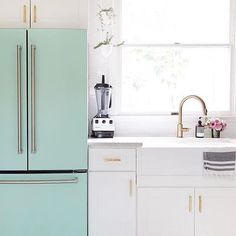 Elsie from /abeautifulmess/ gave her kitchen an airy redesign that we adore. This space is crisp and bright, incorporating mixed metals, including our Trinsic faucet in champagne bronze. via /deltafaucetcan/ Kitchen Dining, Kitchen Decor, Kitchen Ideas, Kitchen Planning, Open Kitchen, Best Faucet, The Home Edit, Minimal Kitchen, Beautiful Mess