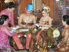 Persiapan Upacara Dhahar Klimah; pengantin berdua makan bersama & saling menyuap sbg lambang akan menjalankan hidup bersama dalam keadaan susah maupun senang