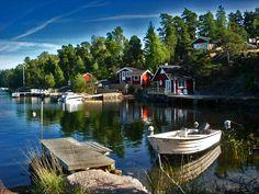 A charmingly Swedish scene at Hästedegård-brygga on Ljustero.