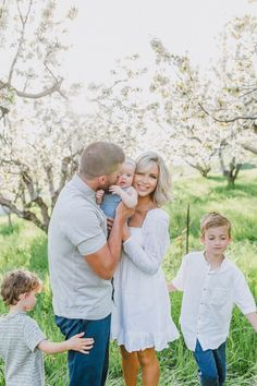 Orchard Family Spring Family Pictures, Family Picture Poses, Family Picture Outfits, Spring Photos, Kids Outfits, Family Photos What To Wear, Outdoor Family Photos, Cara Loren, Cute Family