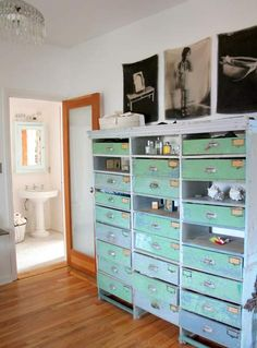 Holy moly... I love stuff with lots of drawers or compartments.