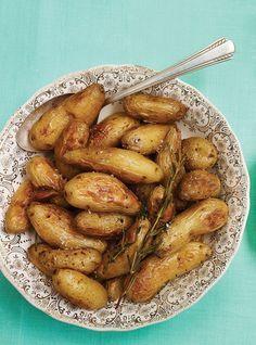 P de terre confite PRÉP 10 MIN. CUIS 1 H 15. PART 12 1 kg P. terre ratte ou grelot entière 60 ml huile d'olive 3 gousse ail, pelée coupée en 2 2 br romarin frais 2 br thym frais Fleur de sel poivre Placer la grille au centre du four. Préchauffer le four à 180 ° Dans un gr plat cuisson, mélange tous ingrédients. Saler et poivrer. Cuire au four environ 1 h 15 en remuant fréquemment pendant la cuisson.