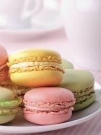 French macarons are the totally 'in' sweet Yummy Treats, Sweet Treats, Yummy Food, Sushi, Cookie Recipes, Dessert Recipes, French Macaroons, Pastel Macaroons, Macaroon Recipes