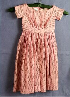 eenvoudige meisjesjurk - Dress, child's, pink wool, printed with black Swiss-dot pattern, 1850s Fashion, Victorian Fashion, Vintage Fashion, Clothing And Textile, Antique Clothing, Historical Costume, Historical Clothing, Ingalls Family, Folk Festival
