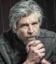 Karl Ove Knausgård: crónica de un escritor desnudo > http://zonaliteratura.com/index.php/2015/05/10/karl-ove-knausgard-cronica-de-un-escritor-desnudo-por-luis-a-raden/