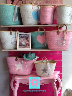 window beautiful presentation in our partner shop SUD-ACCESS Montelimar France Beach Basket, Diy And Crafts, Arts And Crafts, Window Styles, Summer Bags, Crafty Craft, Clutch Wallet, Summer Vibes, Straw Bag
