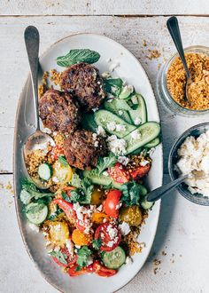Een lekker en snel recept (in 20 minuten klaar): frisse couscoussalade met komkommer, tomaat en feta en kruidige ras el hanoutburgertjes. Pasta Salad, Cobb Salad, Feta, Ras El Hanout, Couscous, Kung Pao Chicken, A Food, Food Porn, Cooking Recipes