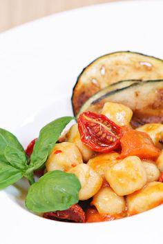 Esperimento riuscito! Cercavo un modo alternativo per cucinare un buon primo con i cereali ed ecco qua gli gnocchi di miglio con pomodorini confit e chips di melanzane. Buoni buoni!! :)  Ricetta su: http://karmaveg.it/gnocchi-di-miglio-alla-parmigiana-gourmet/