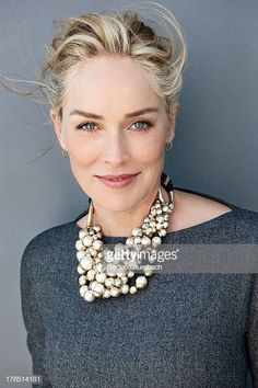 Sharon Stone Images et photos - Getty Images Mature Fashion, Over 50 Womens Fashion, American Music Awards, Kylie Minogue, Sharon Stone Hairstyles, Interview Hairstyles, Sharon Stone Photos, Bcbg, Short Blonde