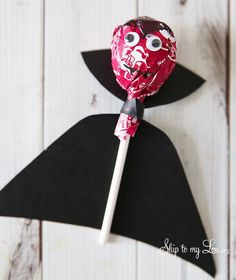 DIY Tootsie pop Dracula for Halloween from MichaelsMakres Skip To My Lou crafts for couples carterie, pergamano et tableaux Dulceros Halloween, Adornos Halloween, Manualidades Halloween, Halloween Crafts For Kids, Halloween Birthday, Diy Halloween Decorations, Holidays Halloween, Halloween Themes, Halloween Vampire