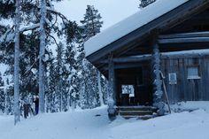 Gemütliche Hütte entlang der Loipe in Lappland. Drin gibt es Kaffee und Kuchen.  #adelebergzauber #winter #lappland #reisen #outdoorbekleidung #allgäu #kempten Lappland, Adele, Winter, Skating, Coffee, Cakes, Travel, Winter Time, Winter Fashion