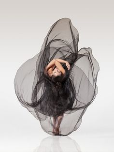 American photographer Lois Greenfield captures the majesty and beauty of dancers in motion. For her third book called 'Moving still', Greenfield shot some of the most gifted dancers from around the world in gravity-defying poses. Motion Photography, Ballet Photography, Modern Dance Photography, Tumblr Ballet, Dance Aesthetic, Lois Greenfield, Dance Movement, Dance Poses, Ballet Beautiful