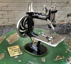 Antique Child's Singer Sewing Machine | DOLLY PYTHON