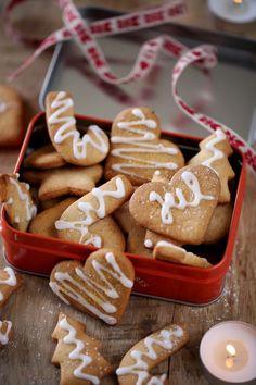 Poursuivons notre balade scandinave avec cette recette de biscuits norvégiens très simples à faire, appelés pepperkaker. Ce sont des sablés bien croustilla
