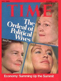 Drei berühmte Frauen, die jede für sich eine harte Prüfung des Schicksals über sich ergehen lassen mussten. Joan Kennedy war die Ehefrau von Edward Kennedy, bis sie 1982 geschieden wurden. Die häufigen Seitensprünge ihres Ehemannes hatten sie in den Alkoholismus getrieben. Sie setzte sich für Behinderte und Krebskranke ein. Patricia Nixon war die Ehefrau des Präsidenten, der sich sich selbst über das Gesetz gestellt hatte (Watergate-Affäre). Sie setzte sich dafür ein, dass taube und…