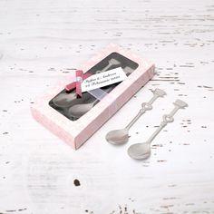 Marturiile botez 2 lingurite pentru desert sau cafea sunt un cadou practic pentru invitatii care iau parte la petrecerea de la restaurant. Linguritele pot fi folosite la mesele festive sau la savurarea unei cesti de cafea dimineata. Marturiile de botez lingurite cu model inima sunt ambalate in cutiute cadou elegante. Cutiutele se personalizeaza cu numele bebelusului si data botezului/data nasterii. Pe eticheta se lipeste o fundita in culoarea dorita cu perluta in mijloc. Cartonasul si…