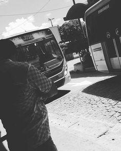 Idas e vindas JW minha quebrada...  #fotodecelular #fotografiaderua #fortalezace #photography #photos #cellphotography #rua #blackandwhitephoto #blackandwhite