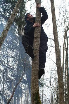 Hier klettere ich mit 2 Stücken Paracord einen Baum hoch.