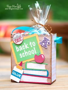 To School Gifts by Brigit and Corri A Back-to-school teacher's gift set by Brigit Mann using cutting files designed by Lori Whitlock.A Back-to-school teacher's gift set by Brigit Mann using cutting files designed by Lori Whitlock. Back To School Party, Back To School Teacher, Back To School Gifts, School Parties, School School, Teacher Thank You Cards, Teachers Day Gifts, Teacher Gifts, Craft Gifts