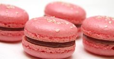 Málnás macaron There are countless varieties of macarons. This is a well-established recipe made with sugar syrup. Meringue, Macarons, Fun Desserts, Dessert Recipes, Macaron Recipe, Pavlova, What To Cook, Cookie Recipes, Raspberry