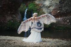 Esses lenços coloridos e capas que simulam asas de borboletas são criadas pela marca Costurero Real, inspirados pela beleza e anatomia dos insetos.