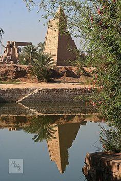 Karnak temple sacred lake, Egypt   por Mikey Stephens