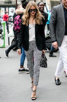 El blanco y negro también es la gama de color elegida por la neoyorquina para llevar una 'blazer' negra; en este caso, con camiseta y pantalón de manchas y bolso de 'print' animal.