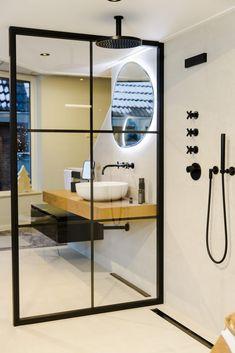 De industriële elementen in combinatie met de mat zwarte materialen zorgt voor een strakke en trendy uitstraling. De badkamer oogt erg aantrekkelijk en de douchewand heeft subtiele dunne randen voor de final touch.