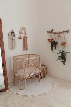 Baby room with rattan crib and plants hanging from the wall. Baby Bedroom, Nursery Room, Nursery Decor, Boho Nursery, Geek Nursery, Nursery Wall Hooks, Disney Nursery, Bedroom Decor, Baby Room Themes