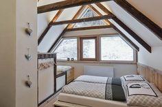 Lichtdurchflutete Zimmer im Bauernhaus // Rooms flooded with light in the cottage Private Sauna, Cottage, Rooms, Cabin, Mirror, Furniture, Home Decor, Wood Burner, Modern Farmhouse